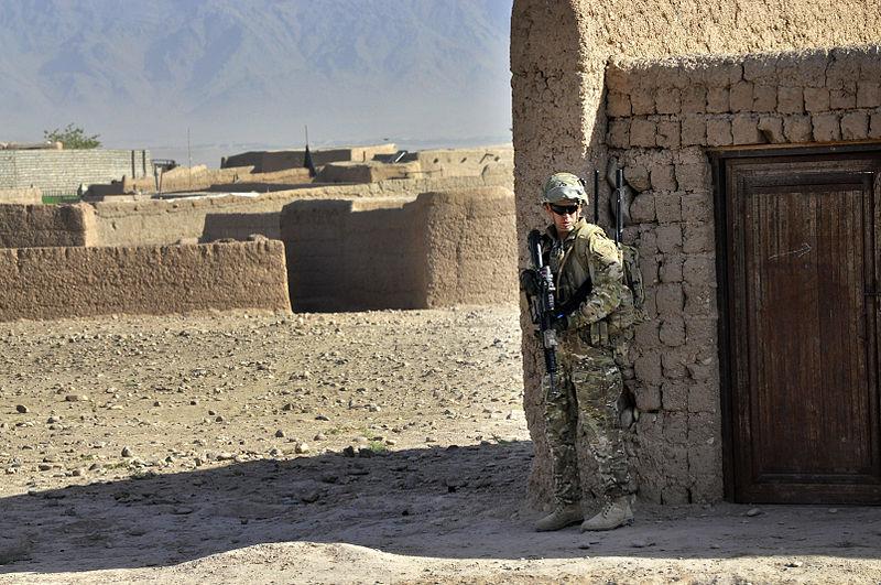 800px-Australian_Army_Pvt._Brent_Rothwell_patrols_in_Tarin_Kowt,_Uruzgan_province,_Afghanistan,_July_26,_2013_130726-Z-FS372-355