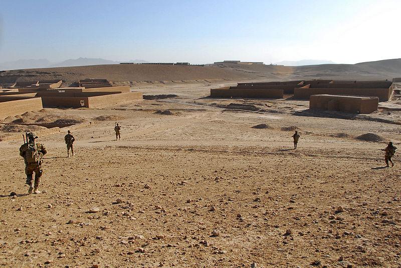 800px-Australian_soldiers_patrol_in_Tarin_Kowt,_Uruzgan_province,_Afghanistan,_July_26,_2013_130726-Z-FS372-370