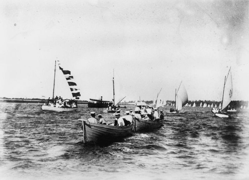 800px-StateLibQld_1_65195_Sailing_on_the_Brisbane_River,_Brisbane,_1900-1910