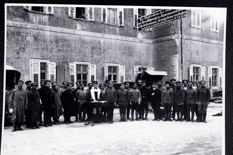 Jewish_Chaplain_of_the_Austro-Hungarian_Army_Conducts_Services_for_Jewish_Russian_Prisoners_(4821598964)