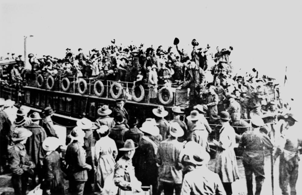 StateLibQld_2_119596_Australians_leaving_London_on_a_Thames_steamer_during_World_War_I