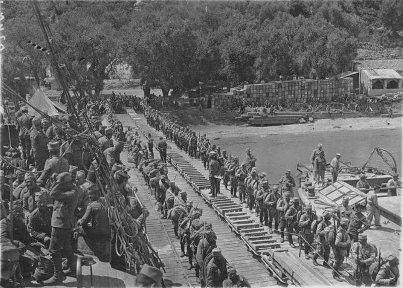 Troupes_serbes_embarquant_sur_des_bateaux_francais_a_Corfou_en_1916